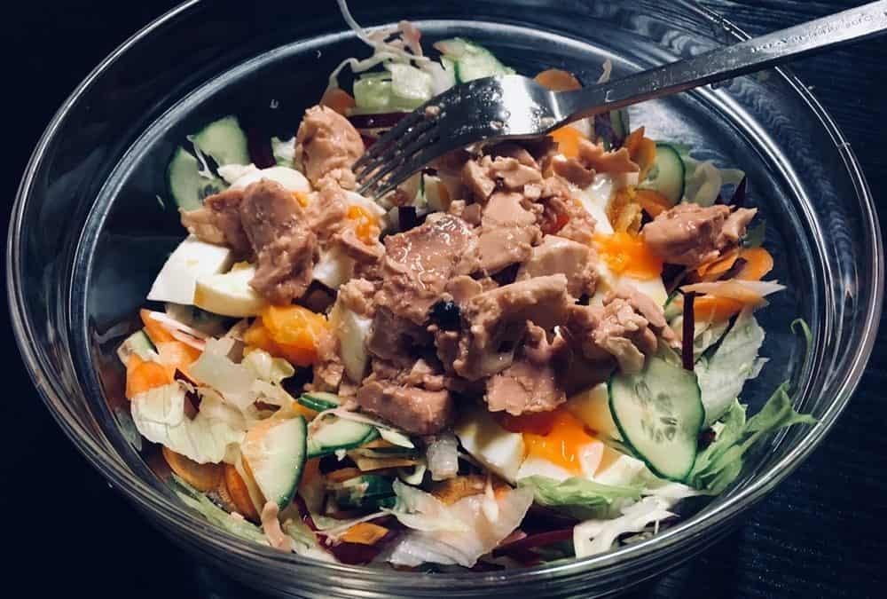 Tőkehalmáj paleo saláta ágyon